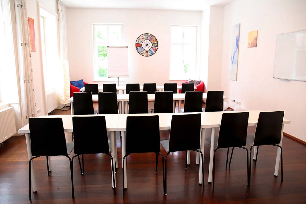 seminarraum mieten wien raum 1 klassenzimmer mit flipchart
