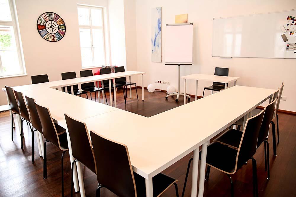 seminarraum mieten wien raum 1 bestuhlung mit tischen und stühlen